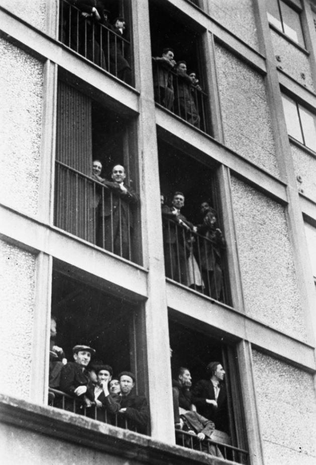 Prisonniers aux fenêtres du camp de Drancy